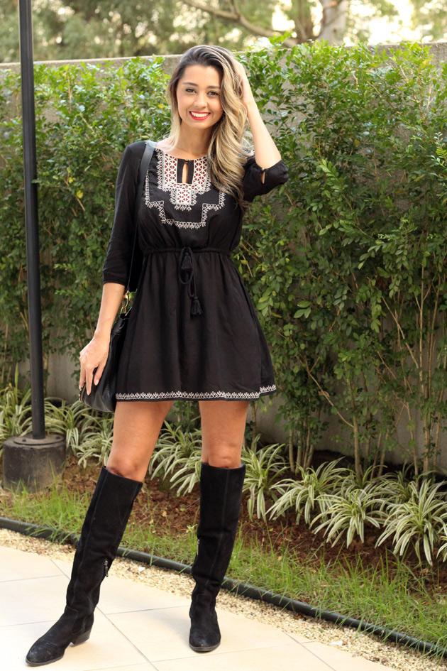vestido preto com bota over the knee look do dia