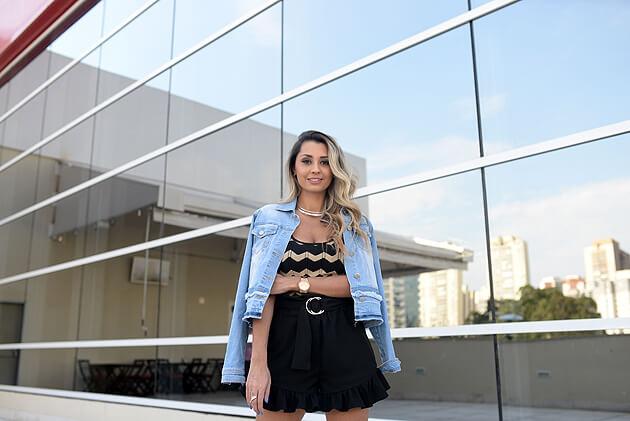 Look com body estampado body jaqueta jeans short feminino