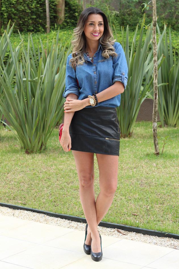 look saia de couro e camisa jeans como usar