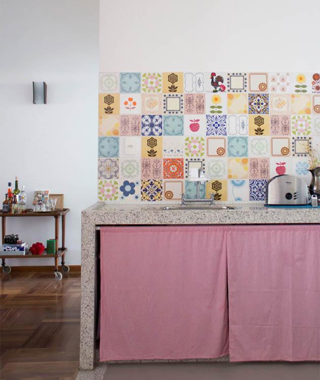 decorar banheiro feio:Se não houver armário embaixo da pia, opte por usar cortinas.